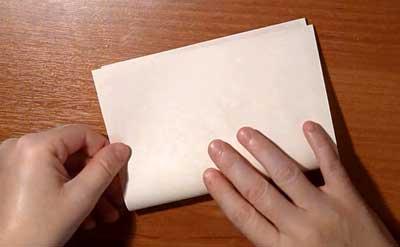 Снежинка из бумаги. Сложите лист бумаги пополам