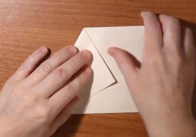 Снежинка из бумаги. Загните правый угол, как показано на рисунке