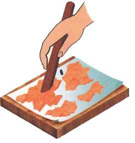 Разглаживаем скорлупки на доске гладилкой.