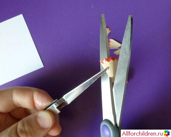 Вырезаем лепестки цветка из карандашной стружки