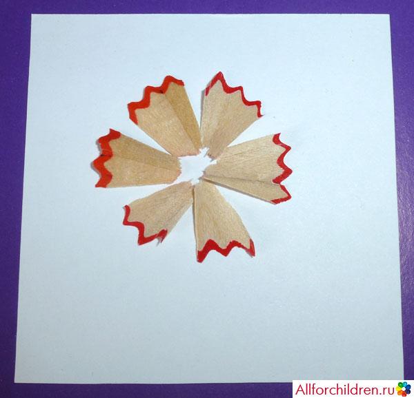 Расположите лепестки цветка на бумаге
