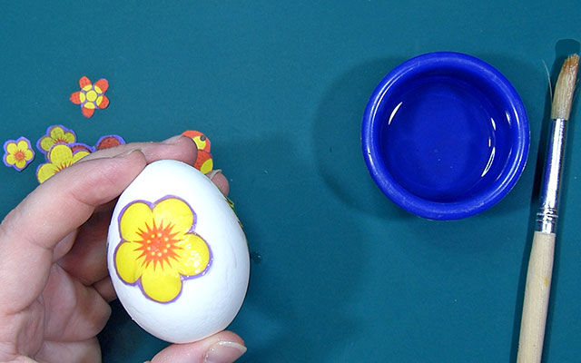Декорируем пасхальные яйца бумажными салфетками